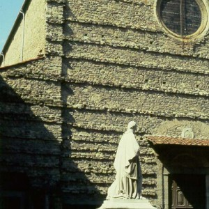A statue of Francesco Petrarca in front of the church of San Francesco in Arezzo.